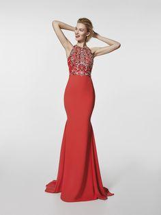Este vestido comprido vermelho é um vestido de festa (modelo GREDGAL) com decote tipo halter à frente e com abertura central nas costas. Descubra os vestidos de festa modelo GREGAL. Vestido vermelho sem mangas (crepe e pedraria)