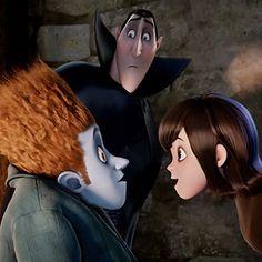 Johnnystein (Andy Samberg) en Mavis (Selena Gomez) met Dracula (Adam Sandler) in Hotel Transylvania. Cartoon Movies, Disney Movies, Dracula, Festa Hotel Transylvania, Walt Disney, Cloud Atlas, Andy Samberg, Cinema, Adam Sandler