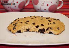 Después de descubrir cómo hacer una cookie gigante en el microondas no hemos podido resistirnos a hacer algunas más, y hoy os presentamos otra versión, es una súper galleta de avena y chocolate en la que además hemos sustituido la mantequilla por aceite de oliva virgen extra, aunque si preferís usar mantequilla o un aceite sin apenas sabor, como el aceite de girasol, podéis cambiarlo.A continuación os explicamos cómo hacer esta súper cookie de avena y chocolate en microondas, necesitaréis…