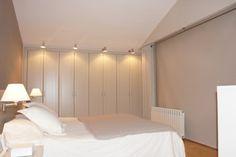Guests Room: Dormitorio de matrimonio con muebles lavado. Papel de pared vinílico. Acogedor. Luminoso. Oscurante 100%.