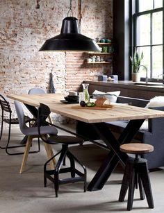 Typerend voor de industriële sfeer is een brick wall. Zwart en grijstinten worden gecombineerd met metaal en robuust hout. #Bodilson