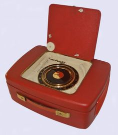 """Metz Babyphone 120 portable suitcase 7"""" record player and AM radio (Germany, 1959). The radio dial is built into the base around the bottom of the turntable platter."""