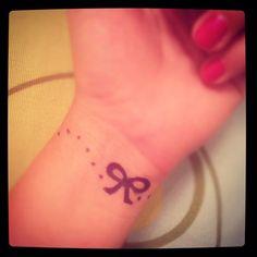 Cute Henna Tattoo Tumblr Cute little bow tattoo Small Henna Tattoos, Cute Small Tattoos, Girly Tattoos, Henna Tattoo Designs, Cool Tattoos, Tattoo Small, Custom Temporary Tattoos, Small Tattoos With Meaning, Piercing Tattoo