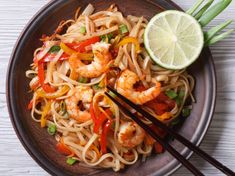 Are you crazy about Thai cuisine or simply want to impress your friends? Bring Thailand to your kitchen with this easy-to-make Pad Thai recipe. Thai Recipes, Shrimp Recipes, Gourmet Recipes, Healthy Recipes, Thai Cooking, Easy Cooking, Cooking Chef, Huhot Recipe, Noodle Bar