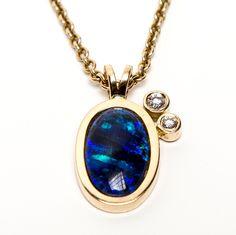 Jeg elsker opaler, og denne smukke mørkeblå var jeg så heldig at få i morgengave af min mand. Dr måtte selvfølgelig straks laves et smykke, og en mørk nattehimmel blev kantet med 2 stjerner