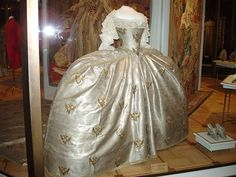 Coronation Dress of Catherine the Great - 1762 - Her wedding dress was magnificent. It had a tiny 18 inch waist, a wide hoop skirt and an immense silver lace cloak covered with jewels. Another HUGE Big Butt Kitty Princess Dress! 18th Century Costume, 18th Century Dress, 18th Century Fashion, Royal Clothing, Antique Clothing, Historical Clothing, Vintage Outfits, Vintage Gowns, Vintage Fashion