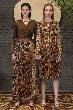 Roberto Cavalli Resort 2020 Fashion Show Collection: See the complete Roberto Cavalli Resort 2020 collection. Look 16 2020 Fashion Trends, Fashion 2020, Look Fashion, Runway Fashion, Fashion Models, Roberto Cavalli, Animal Print Fashion, Fashion Prints, Animal Prints