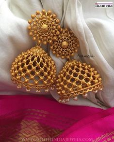 Gold Jewelry jhumka design image 12 tvameva - Looking for Jhumka design images? Here are our picks of 25 jhumka models that will go well with any outfit. Gold Jhumka Earrings, Indian Jewelry Earrings, Jewelry Design Earrings, Gold Earrings Designs, Indian Bridal Jewelry Sets, Gold Designs, Antique Earrings, Wedding Jewelry Sets, Drop Earrings