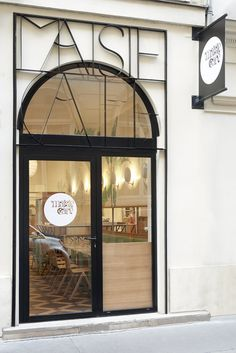 Maisie Café, la nouvelle adresse cool à Paris : rue du Mont Thabor 75001 Bar Design, Coffee Shop Design, Store Design, Shop Front Design, Retail Facade, Shop Facade, Restaurant Door, Restaurant Design, Facade Design