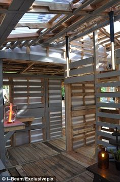 The homes made from discarded pallets that could house the world: Remarkable hand-built structures could transform developing countries The homes are constructed out of the 150 million pallets that end up in landfills in the U. each year Recycled House, Recycled Pallets, Recycled Wood, Wood Pallets, 1001 Pallets, Pallet Benches, Pallet Tables, Recycled Materials, Pallet Lounge