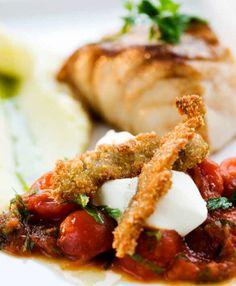Halstrad torskrygg med varm tomatsalsa, creme fraiche & friterad anjovis | Melanders