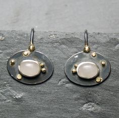 Silver earrings with 585 yellow gold. In the middle, an oval cut rose quartz settles. Earrings without hooks about 18 x 14 mm rose quartz about 8 x 6 mm Gold, Pearl Earrings, Pearls, Etsy, Jewelry, Pink Quartz, Handmade, Ring, Silver