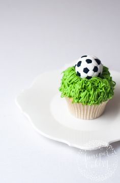 Our bloggers Felicity & Krystle discovered an amazing trick to create a detailed soccer ball in fondant. You only need four simple materials and no advanced cake decorating skills.