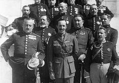 1930: en primera fila: Primo de Rivera, Alfonso XIII y Cavalcanti
