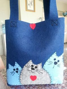 Handmade felt bag models – HTHayat – About Handbags Patchwork Bags, Quilted Bag, Handmade Felt, Handmade Bags, Felt Crafts, Fabric Crafts, Bag Quilt, Sacs Tote Bags, Felt Purse
