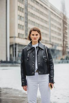 Paris Fashion Week is in full swing. See the best Paris Fashion Week street style from the shows circuit. All the Paris fashion week street style inspiration you need from the shows at PFW. Street Style Chic, Street Style 2018, Street Style Trends, Cool Street Fashion, Paris Fashion, Fashion Mode, Athleisure, Fashion Gone Rouge, Moda Paris
