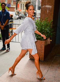 Halle Berry sexy legs in a shirt dress and high heels Halle Berry Pixie, Halle Berry Feet, Halle Berry Style, Pictures Of Halle Berry, Halley Berry, Covet Fashion, Womens Fashion, Sexy Legs, Beautiful People