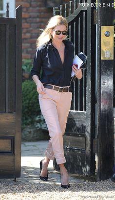 Gravure de mode, elle joue la carte de la séduction avec une chemise déboutonnée et peaufine sa tenue avec des escarpins Yves Saint Laurent et une pochette Stella McCartney.