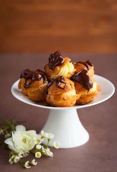 """Μικρά σου γεμισμένα με κρέμα βανίλιας """"λουσμένα"""" με σάλτσα σοκολάτας. Profiteroles, Eclairs, Paris Brest, Party Desserts, Cakes And More, Chocolate Cake, Tea Time, Creme, Food Processor Recipes"""