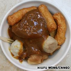 11. Tian bu la (甜不辣)    Tian bu la refers to fish paste that has been molded into various shapes and sizes, deep-fried, then boiled in a broth. Before eating, the pieces of solid fish paste are taken out of the broth and smothered in brown sauce.