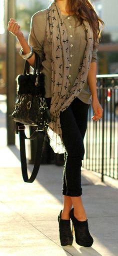 me gusta la combinacion de la camisa y la calza :)