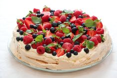 Strawberry and berry pavlova Strawberry Pavlova, Egg Whisk, Beautiful Desserts, Vanilla Essence, Frisk, Vegetarian Cooking, Berries, Cheesecake, Curry
