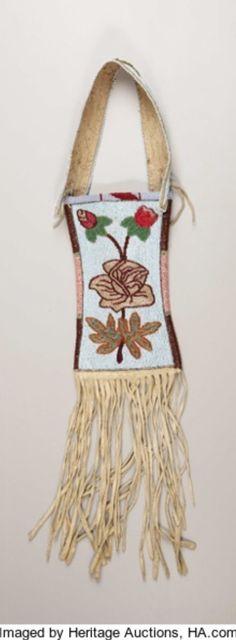 Сумочка для зеркала, Кроу. Б. Период: 1928 год. Длина 26 дюймов.  Собственность John Smart Enemy, Pryor, MT. Custer Battlefield Trading Post, Crow Agency, MT. Heritage Auctions. 2007 Dallas, TX - American Indian Art Signature Auction #681