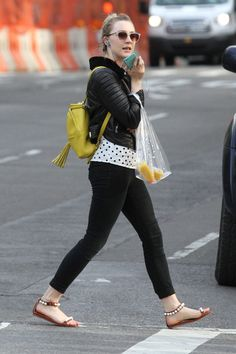 Saoirse Ronan Photos - Actress Saoirse Ronan is seen stopping to pick up some orange juice in New York City, New York on May Saoirse chatted on her cell phone as she made her way back home. - Saoirse Ronan Stops to Get Some Orange Juice in NYC Top Female Celebrities, Hollywood Celebrities, Celebrity Feet, Orange Juice, Green Dress, Dress Red, Fashion Forward, Nyc, Street Style