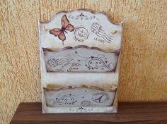 Porta cartas duplo em MDF, decorado com stencil. Arte Country, Vintage Country, Bottle Box, Scroll Saw Patterns, Wooden Diy, Stencils, Simple, Frame, Crafts