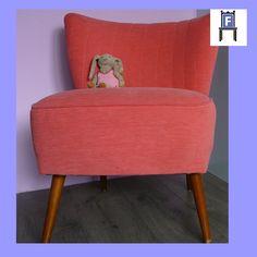 Jaren '60 cocktail stoeltje. Volledige gerestaureerd en opnieuw bekleed met een mooie koraal roze meubelstof (www.fotovintage.nl).