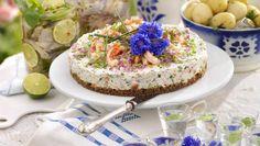 Laxtårta med räkor och pepparrot