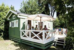 Mit dem Mobilheim am Gardasee! Der Sommer ist da und die Urlaubszeit geht los. Ein Mobilheim bietet hier eine schöne Alternative zum Wohnen im Hotel. Genießen Sie das schöne Wetter mit der ganzen Familie auf ihrer Veranda. #Mobilheim #Holzbau #Italienurlaub http://www.blockhaus-24.de/c/mobilheim/