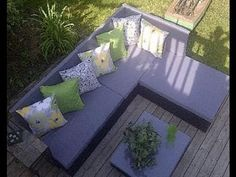 How to create a pallet couch for the backyard garden - http://www.freecycleusa.com/how-to-create-a-pallet-couch-for-the-backyard-garden/