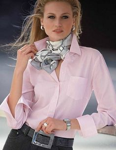 Pink shirt, gray and white scarf Mode Outfits, Casual Outfits, Fashion Outfits, Womens Fashion, Fashion Trends, Ways To Wear A Scarf, How To Wear Scarves, Fashion Over 50, Look Fashion