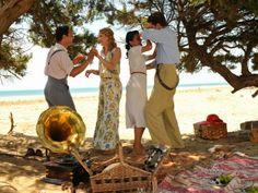 Rosalinda Fox pantalón y blusa estampados en la playa. El tiempo entre costuras. Capítulo 5 vía