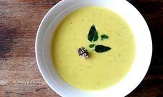 Cuketová polévka s kurkumou a čerstvým oreganem