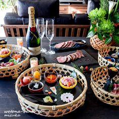 ここ数年トレンド化してきているのが「ワンプレートおせち」です。お重を使わず、ワンプレートごはんのように一人分ずつ、大きなお皿に素敵な盛り付けをする方法です。 Pub Food, Cafe Food, Sushi Recipes, Asian Recipes, Japanese New Year Food, Buffet Set Up, Food Art For Kids, New Year's Food, Thai Dessert