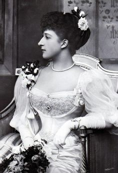 Queen Maud of Norway, what a stunning picture! such a tiny waist~