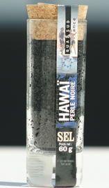 """Zwart Hawaii zout van Zout van de Wereld Perle Noire Hawaï  Sels du Monde """"Hawaï Perle Noire"""", Zwart zout van Hawaii    Te gebruiken als zeezout. Gewonnen op het eiland Molokai, dat een onderdeel is van de Hawaiiaanse eilanden. Dit zout dankt zijn ongewone kleur aan de actieve kool die aanwezig is in het gewonnen zout.  www.bommelsconserven.nl"""