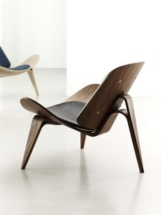 / Shell Chair is the most iconic design of Hans Wegner. Minimalistic but generous lounge chair, guarantees comfort and stability. By Carl Hansen & Søn. Danish Furniture, Design Furniture, Plywood Furniture, Cheap Furniture, Modern Furniture, Luxury Furniture, Furniture Ideas, Danish Chair, Furniture Cleaning