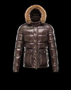 MONCLER Hubert  Faites confiance à Moncler pour vous permettre d'affronter le froid avec style. Chic et si réconfortante, cette veste doudoune brillante saura être la note trendy de votre hiver et se portera aussi bien à la ville qu'à la montagne.Techno fabric / Detachable, fur trimmed collar / Three pockets / One internal jacket pocket / Snap-button, zip fly closure / Feather down lined / Logo detailsComposition:100% Polyamid  €337, Jusqu'à -80%  Acheter maintenant…