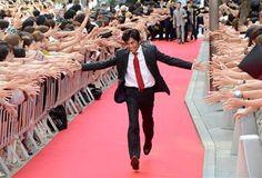 レッドカーペットに集まった2000人のファンの間を、感激の面持ちで駆け抜けた織田裕二