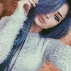 ♢ Purple/blue hair
