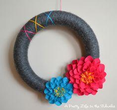 Summer Dahlia Yarn Wreath tutorial #diy #tutorial #wreath #dahlias #felt #yarn