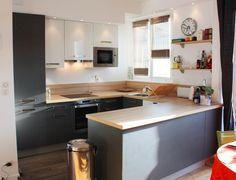 cuisine ouverte avec un muret en bois laque