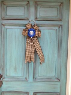If you happen to have a stash of old horse show ribbons there are a ton of ways to put them to good use. Equestrian Decor, Western Decor, Equestrian Style, Western Crafts, Equestrian Fashion, Horse Show Ribbons, Ribbon Display, Barn Wedding Decorations, Xmas Decorations