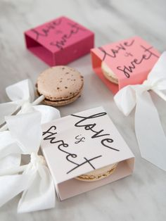 Make these free printable boxes for your macaron favors! Macaroon Packaging, Cake Boxes Packaging, Sugar Packaging, Baking Packaging, Dessert Packaging, Food Packaging Design, Packaging For Cookies, Macaroon Favors, Bolo Macaron