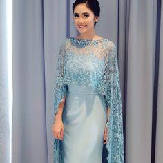 Dress hijab party remaja New Ideas Stylish Dresses, Women's Fashion Dresses, Dress Outfits, Myanmar Traditional Dress, Traditional Dresses, Kebaya Lace, Dinner Gowns, Kurti Designs Party Wear, Frack