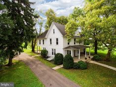1800 Farmhouse In Smithsburg Maryland — Captivating Houses Farmhouse Plans, Farmhouse Style, American Farmhouse, White Farmhouse, Farmhouse Homes, Country Homes, Country Farm, Country Life, White Exterior Houses
