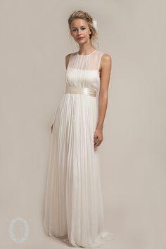 Aus New York stammen diese wunderschönen, fließenden Brautkleider aus Seide. Hauchzart wie eine Elfe sieht man darin aus, und sie sind so leicht, dass Du sie fast nicht spürst. Perfekt für jede Sommerhochzeit! Webseite: http://www.sajawedding.comRead more...